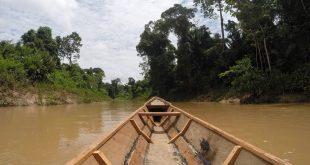 Peru canoe in water.